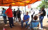 El gobernador Quirino Ordaz Coppel visitó las instalaciones del Hospital General de Mazatlán y aplicó con familiares de enfermos. Foto: Cortesía | Gobierno de Estado